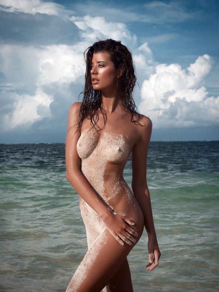 Sarah McDaniel nudeo for Treats